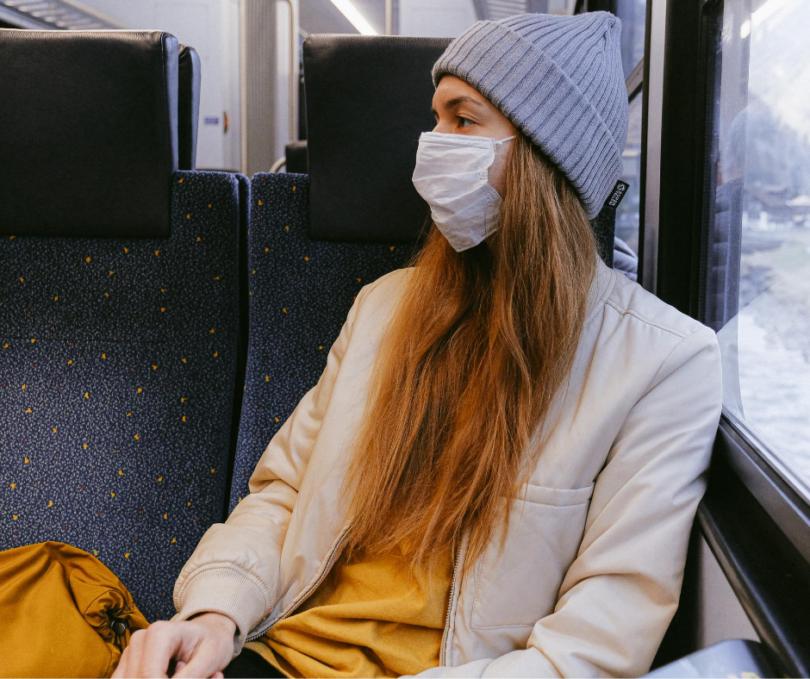 Nainen junassa maski kasvoillaan