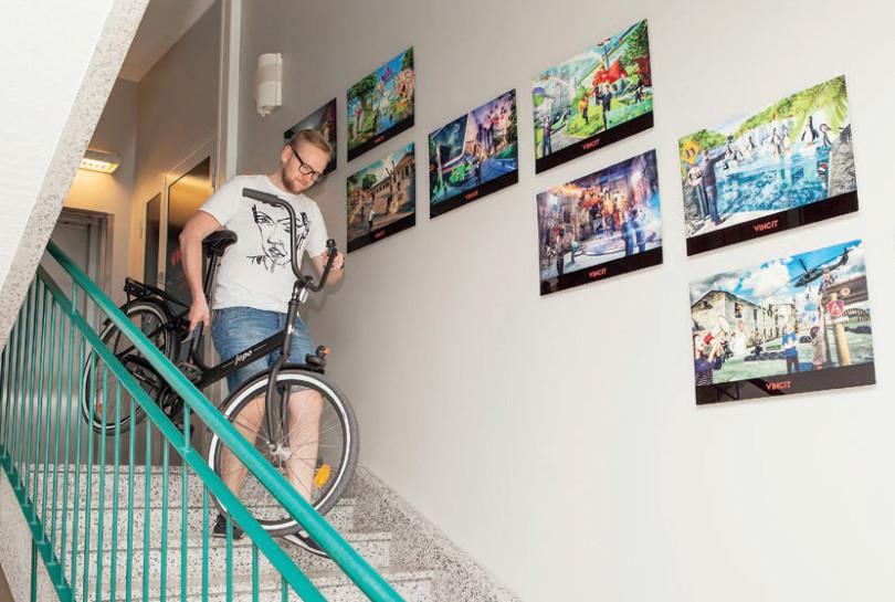 Jukka Hietamäki laskeutuu portaita pyörä kainalossa.
