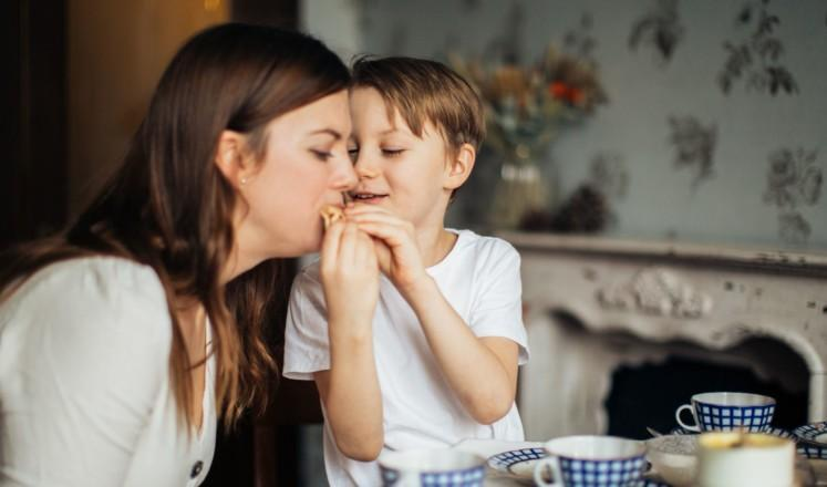Äiti ja poika kahvipöydässä