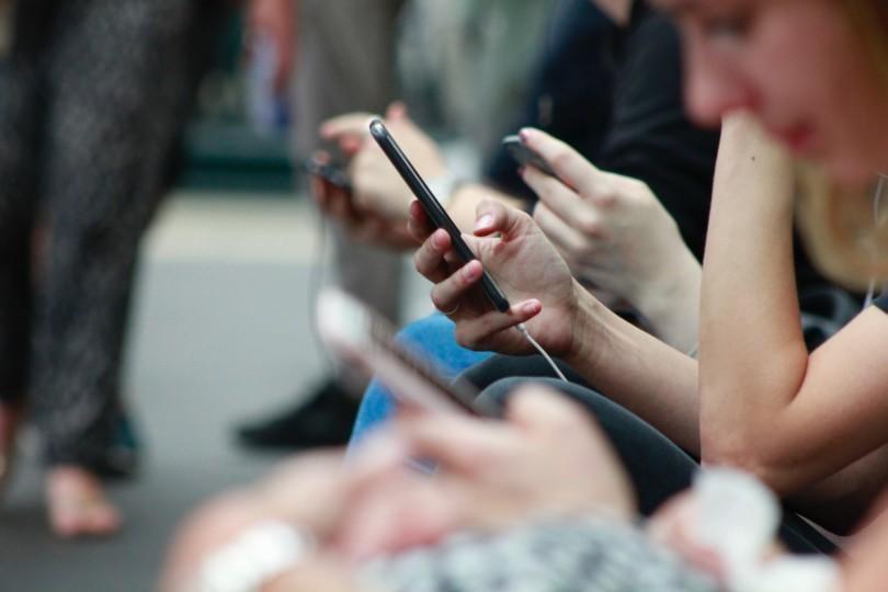 Nuoria puhelimet kädessä