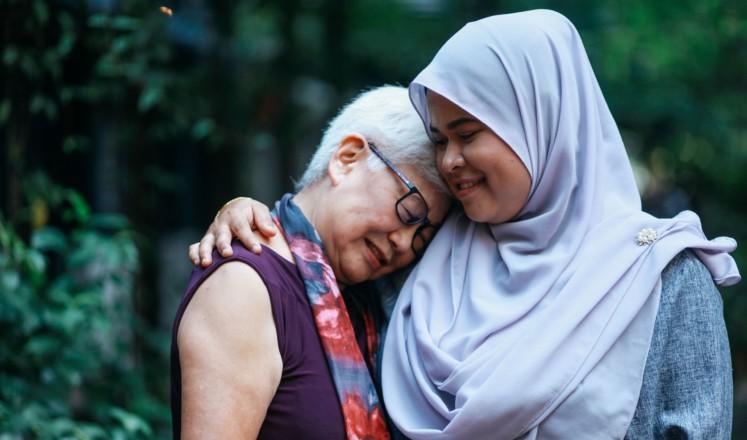 Kaksi ihmistä halaavat toisiaan