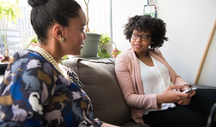 Kaksi naista keskustelevat