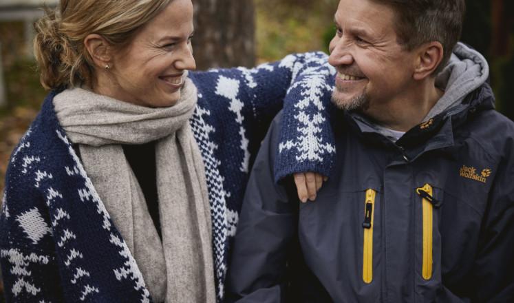 Nainen ja mies hymyilevät toisilleen