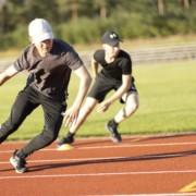 Ungdomar tränar på en sportplan