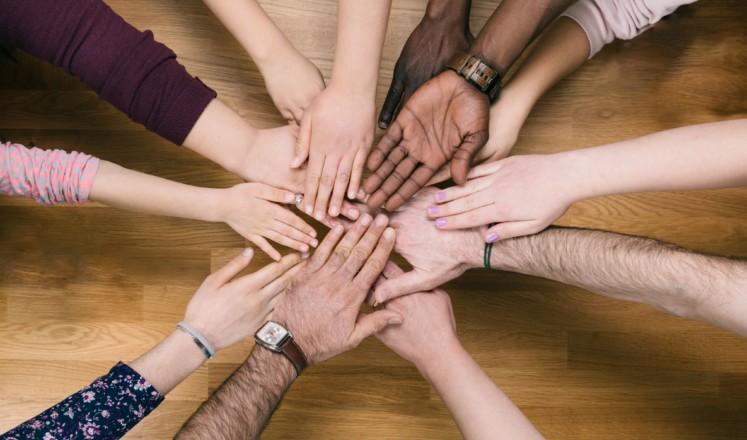 Många händer som möts