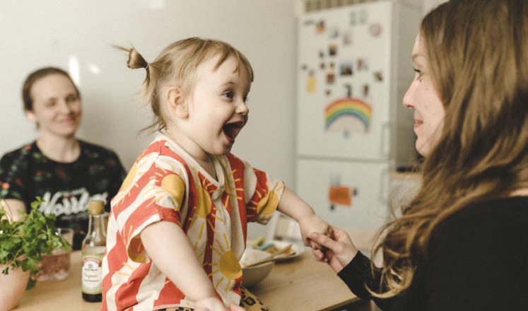 Lapsi hymyilee äidille