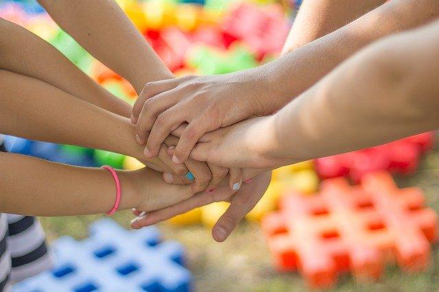 Nuorten kädet yhdessä