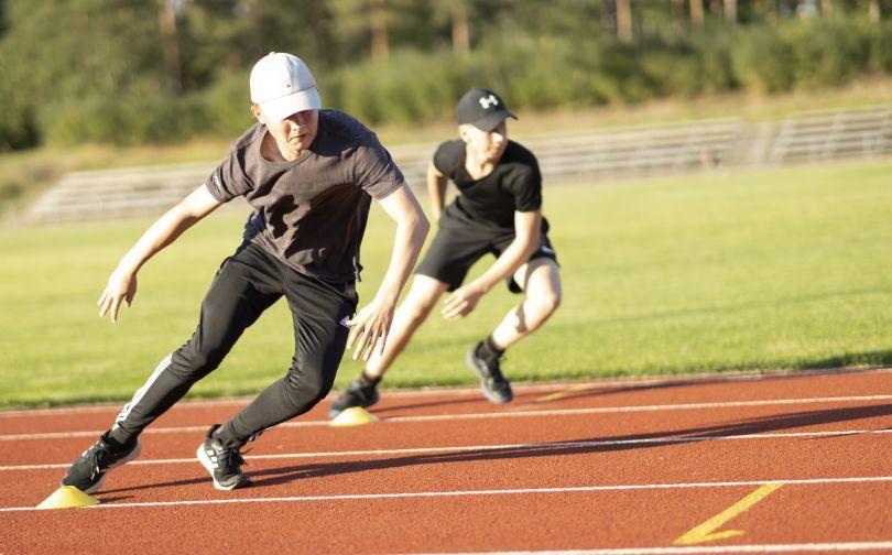 Nuoret harjoittelevat urheilukentällä